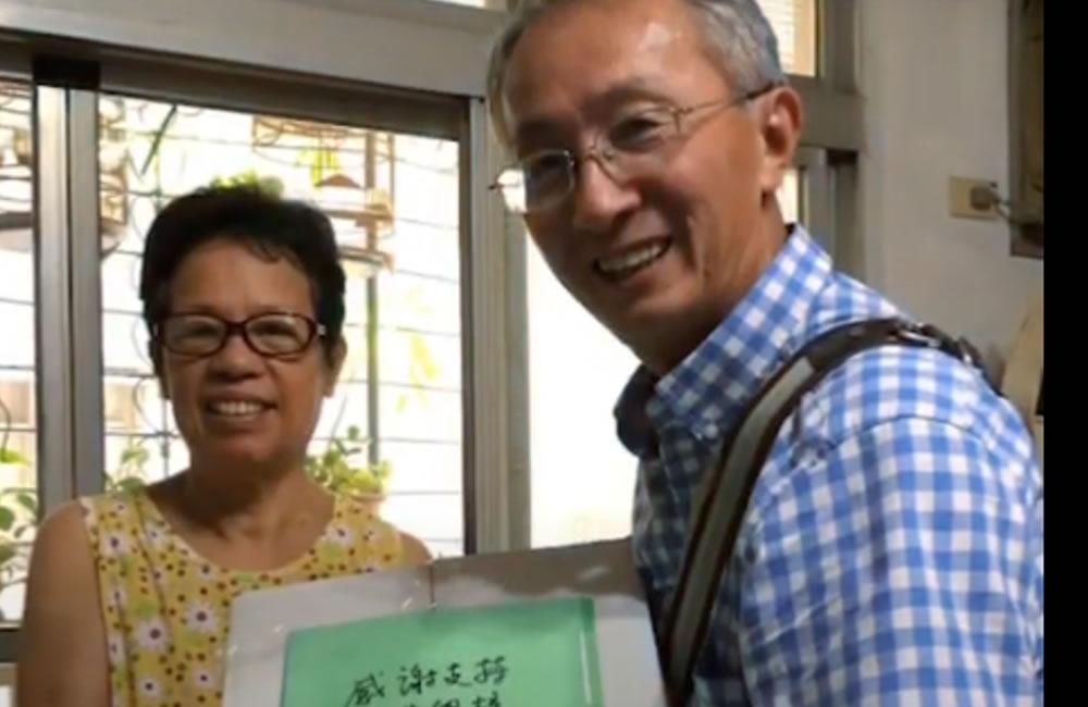 野菜學校回饋的「野菜禮盒包裝」陸續完成,野菜學校校長黃朝慶親自送達支持者手中!